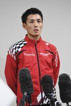 取材に応じる東京五輪の男子マラソン代表・服部勇馬=19日午後、新潟市のデンカビッグスワンスタジアム
