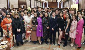 華やかな民族衣装や振り袖姿で成人式に出席した外国籍の新成人ら=13日午後、東京都新宿区