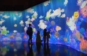 自分で描いた魚を泳がせることができる展示