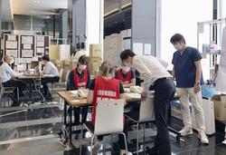 軽症者宿泊施設設営について打ち合わせる看護師、医師ら=6月、大阪市西区のホテル(大阪府看護協会提供)