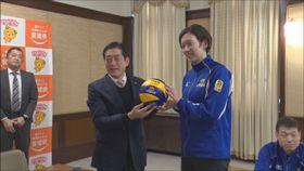 中村知事にサイン入りボールをプレゼントする東レの堀川主将(右)=14日、県庁