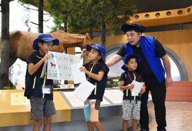 モニターツアーで西沢さん(右)と一緒にビジターセンター内を案内する子どもたち