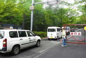 通行止めとなっている県道三差路から大涌谷へ向かう関係業者の車両=20日午前8時55分ごろ、箱根町