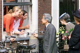 オランダ・ライデンを散策中に学生らと談笑する当時の天皇、皇后両陛下。左端はマルテ・クラインアンさん、その隣はエフェリン・ベルフハウトさん=2000年5月(共同)
