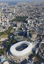 2020年東京五輪・パラリンピックのメインスタジアムとなる新国立競技場(手前)=東京都新宿区