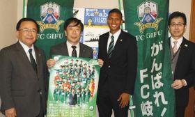 佐藤町長(左から2人目)に応援を呼び掛けたライアン選手(同3人目)ら=川辺町役場で