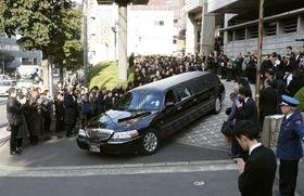 中村哲さんのひつぎを乗せ、大勢の参列者に見送られ告別式会場を後にする車=11日午後、福岡市
