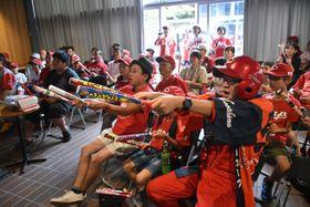 プロ野球・広島東洋カープのセ・リーグ3連覇の瞬間を見届けようと応援する地元ファンら