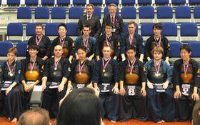 記念撮影に応じる愛知と現地の剣道団体メンバーら。上段右側が日比野さん=ロシア・クラスノヤルスクで=日ロ友好愛知の会提供