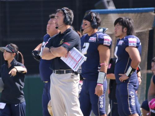 退任するオービック・シーガルズの大橋誠ヘッドコーチと後任の古庄直樹アシスタントヘッドコーチ(2)=撮影:Yosei Kozano