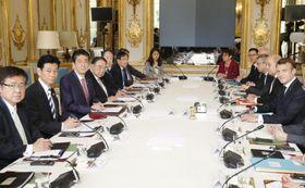 会談に臨む安倍首相(左から3人目)とフランスのマクロン大統領(右端)=23日、パリの大統領府(共同)