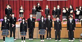 黛さん(後列中央)と一緒に新校歌を歌う児童・生徒