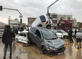 25日、イラン南部シラーズで起きた鉄砲水の現場(AP=共同)