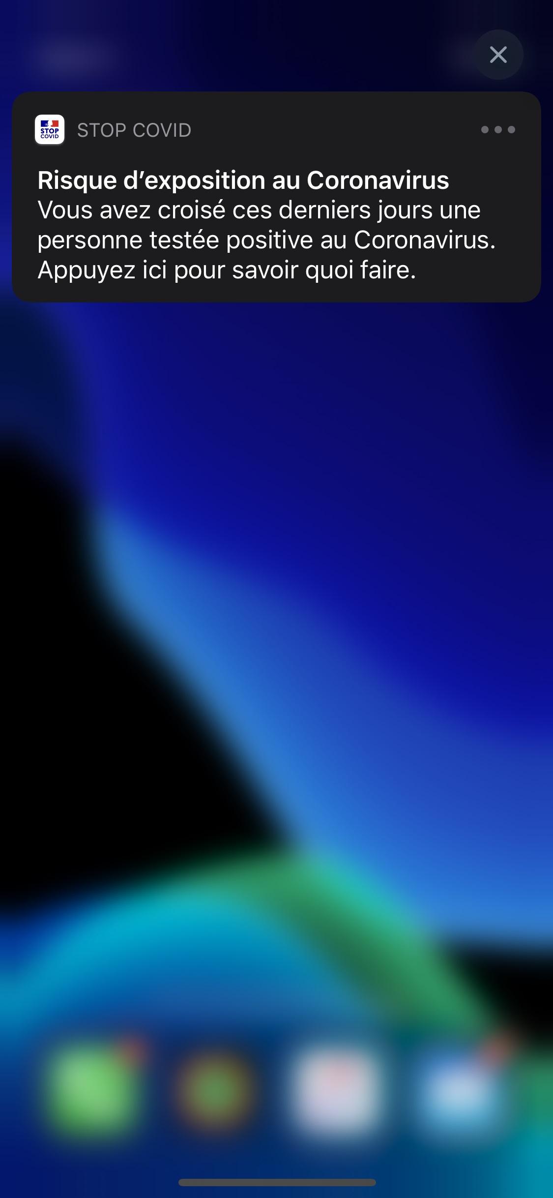 フランス政府が新型コロナウイルスの感染再拡大防止のため導入するスマートフォン向けアプリの通知画面(フランス政府提供・共同)