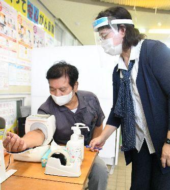 郵便局が「まちの保健室」に 名護市に沖縄初開設 健康や育児の悩み、看護師らが対応