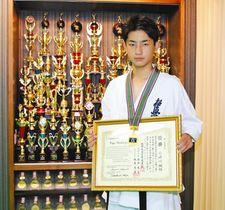 全日本空手道型選手権大会で優勝した小崎川楓雅さん=七尾市万行町で