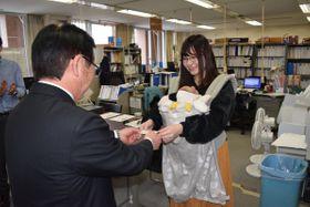 申請者(右)に利用券を交付する戸田衛村長