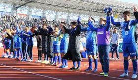 J1参入決定戦進出を決め、サポーターの歓声に応える徳島の選手たち=8日、鳴門ポカリスエットスタジアム