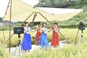 フラダンスを披露する地元住民=勝浦町坂本の寺川農園