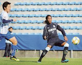 磐田―FC刈谷 先制点を決める磐田のロドリゲス(右)=ヤマハスタジアム