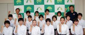 【櫻井市長(後列右端)に全日本大会での健闘を誓う部員ら=亀山市役所で】