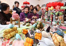 干支のネズミなど愛らしい人形作りに励む女性たち=22日、一関市千厩町