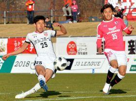 今季チーム最多の15ゴールを挙げたグルージャのFW谷口海斗(左)。13位でシーズンを終え、来季は上位を目指して再出発する=11月18日、盛岡市・いわぎんスタジアム