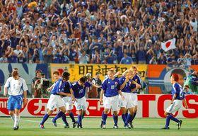 W杯日韓大会1次リーグのロシア戦で、先制ゴールを決めた稲本潤一(右から3人目)を祝福する日本イレブン=2002年6月9日、横浜国際総合競技場で