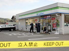 強盗容疑事件があったコンビニを調べる捜査員=23日午前7時1分、瑞浪市上野町、ファミリーマート瑞浪上野店