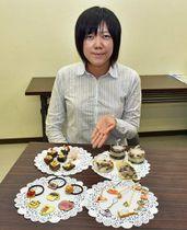 ワークショップで製作するアロマキャンドルなどの試作品を示す藤田さん