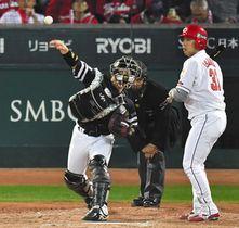 2回広島2死一、三塁、打者石原のとき、二盗を阻止する甲斐