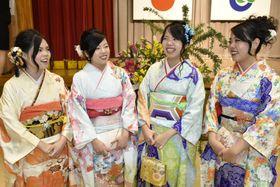 成人式を迎えた(右から)彩椰、麻鈴、悠愛、萌夢さんの4姉妹(2日午後、中土佐町久礼)