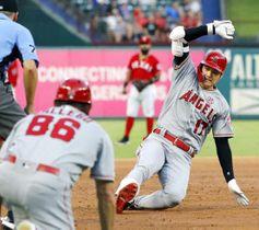 レンジャーズ戦の2回、左中間に適時三塁打を放ち滑り込むエンゼルス・大谷翔平=アーリントン(共同)