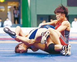 女子57キロ級準決勝 南條(下)を攻める伊調