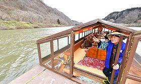 温まりながら最上峡の景色を楽しめる「こたつ舟」=戸沢村