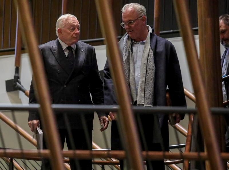 ニューヨークで開催されたNFLのオーナー会議に出席したカウボーイズのジェリー・ジョーンズ・オーナー(左)(AP=共同)