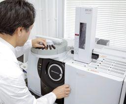 大腸がん診断に使用する、島津製作所の血液を分析する機器(同社提供)