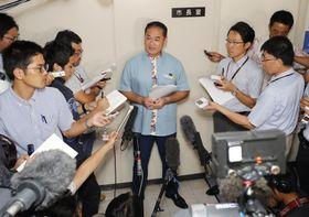 沖縄県知事選への出馬を表明する佐喜真淳宜野湾市長=14日午後、宜野湾市役所