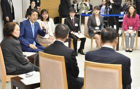 「全世代型社会保障改革」の実現に向けた意見交換会で参加者と話す安倍首相(左から2人目)=20日午後、首相官邸