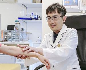塗り薬の正しい使い方を説明する日野亮介医師