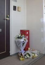 亡くなった栗原心愛さんの自宅前に手向けられた花束=2月4日午前、千葉県野田市