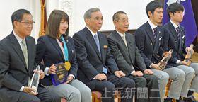 笑顔で記念撮影に納まる佐藤綾乃選手(左から2人目)ら=県庁昭和庁舎・正庁の間