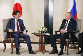 会談する安倍首相(左)とロシアのプーチン大統領=14日、シンガポール(共同)
