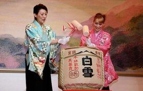 恒例の鏡開きをする月組トップの珠城りょうさん(左)と娘役の愛希れいかさん=宝塚大劇場