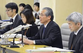 東京都目黒区の女児虐待死事件で、検証結果を公表する都の専門家会議の部会長ら=14日午後、都庁