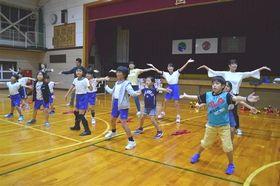踊りの振り付けを確認する井の国直虎ダンス隊のメンバー=浜松市北区引佐町