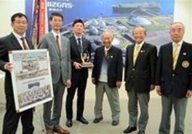 静岡県野球連盟の小柳理事長(右から3人目)らから記念品を受け取った静岡ガスの岸田社長(左から2人目)ら=静岡市内