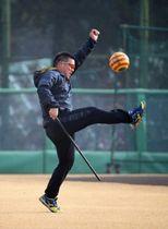 ボールを蹴って汗を流す西武・山川