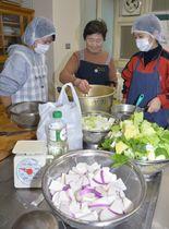 田村カブのおいしい調理方法について住民から学ぶ県立大生ら(仁淀川町池川コミュニティセンター)