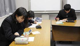 ローマ法王への手紙を書く(左から)松田小春さん、北畑希実さん、牟田悠一郎さん=17日午後、広島市
